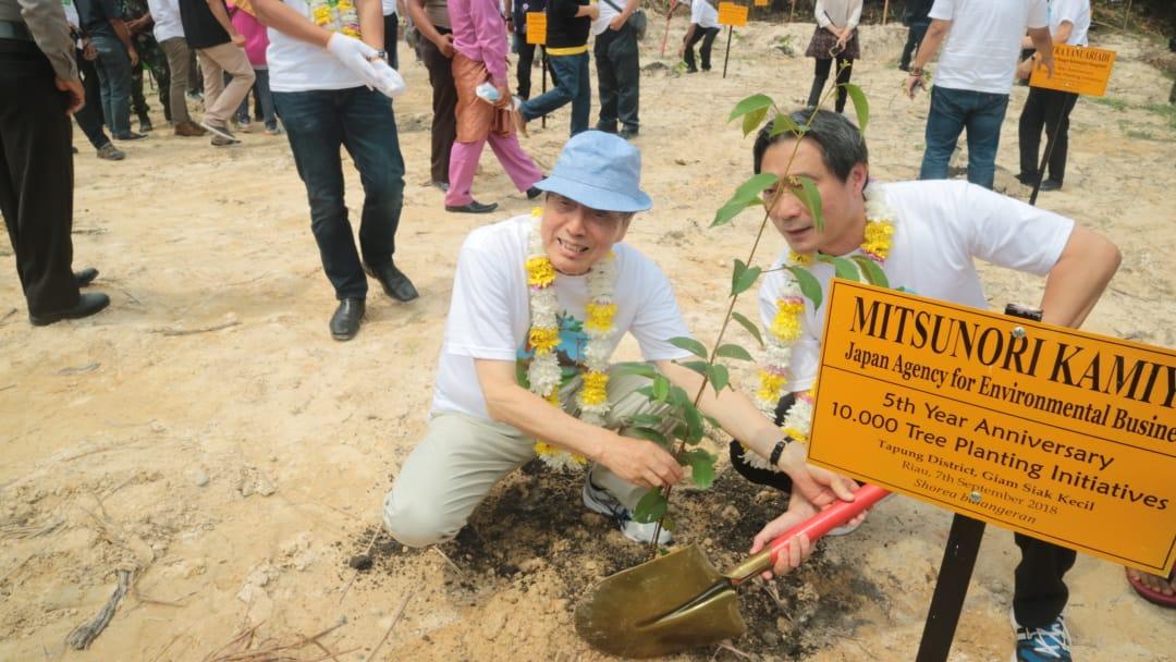 植樹をする神谷光徳氏と会長のタン